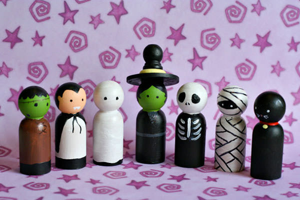 Halloween Mummy Crafts on OneCreativeMommy.com {Find the full project on Craft, Inerrupted}
