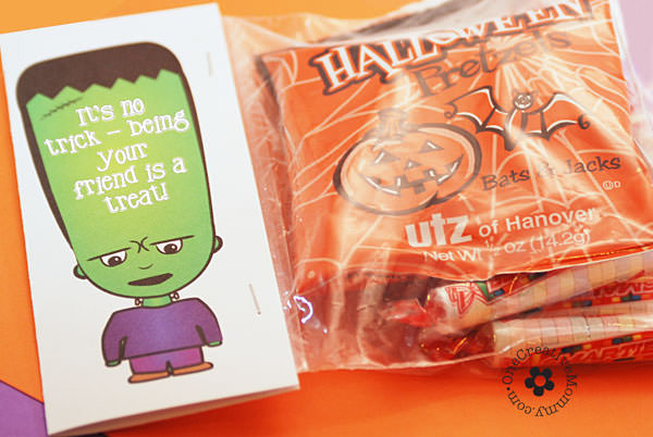 Tags for Halloween Treats {Fill a bag with treats, staple on the topper, and you have a perfect gift for a friend or neighbor.}