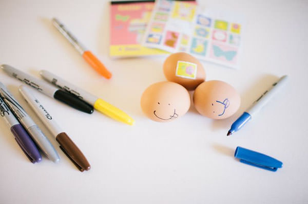 The Non-Martha Stewart Approach to Decorating Eggs from Off Tract {Unique Easter Decorating Ideas from OneCreativeMommy.com}