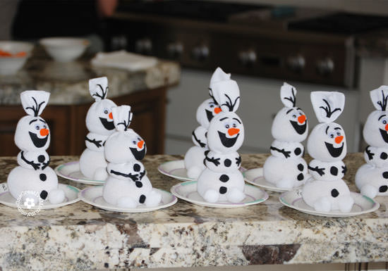 Happy Snowmen! {Olaf Sock Snowman Tutorial from OneCreativeMommy.com} #olaf #frozenpartyideas