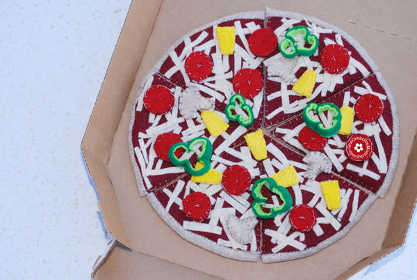 Felt Food Pizza {OneCreativeMommy.com}