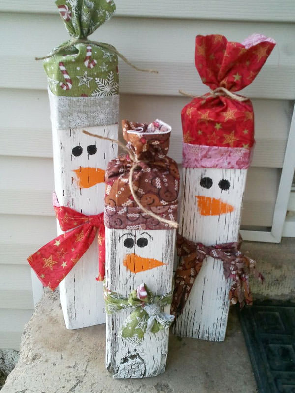 Snowman Crafts and Gift Ideas from OneCreativeMommy.com {Wooden Snowmen Family by Lovely Little Snippets}