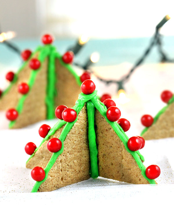 Adorable Graham Cracker Trees Snack and Craft | Featured with 29 Awesome Classroom Christmas Party Ideas {OneCreativeMommy.com}