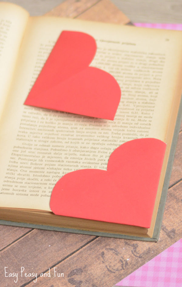 Heart Corner Bookmarks from Easy Peasy and Fun Featured on 25 amazing Valentine craft ideas to try right now! {OneCreativeMommy.com}