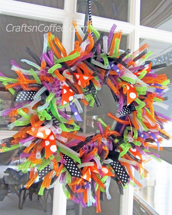 Easy Halloween Wreath from Crafts 'n Coffee | Featured in 19 Easy Halloween Wreaths you can actually make {OneCreativeMommy.com}