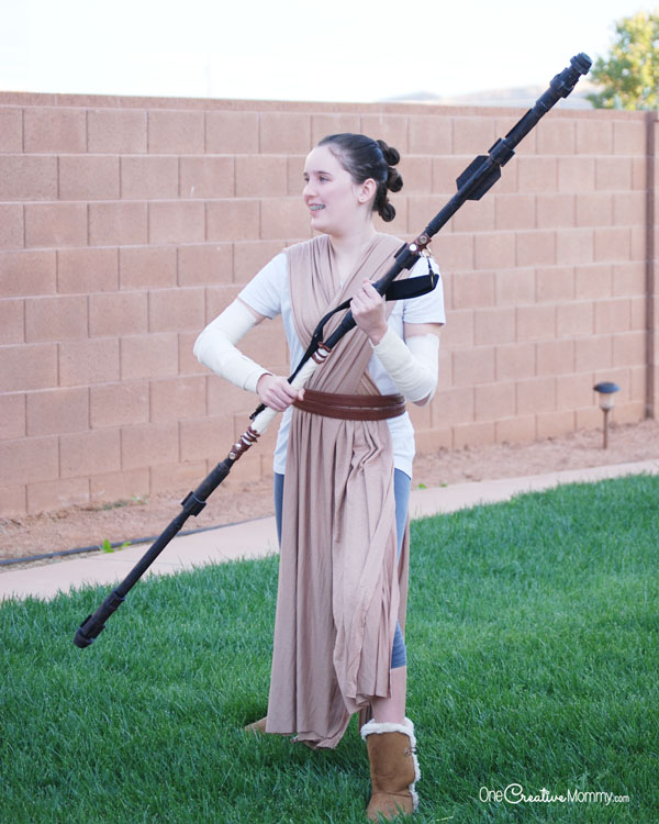 This Rey costume can be made with just a few simple materials! {OneCreativeMommy.com} Easy DIY Halloween Costume Idea