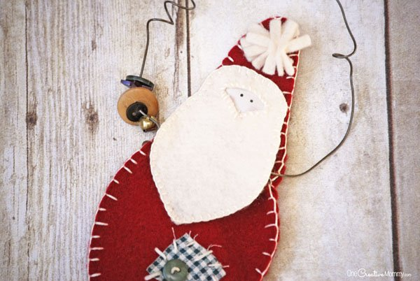 How to make a rustic Santa Claus Door Hanger {OneCreativeMommy.com} Christmas Craft Tutorial