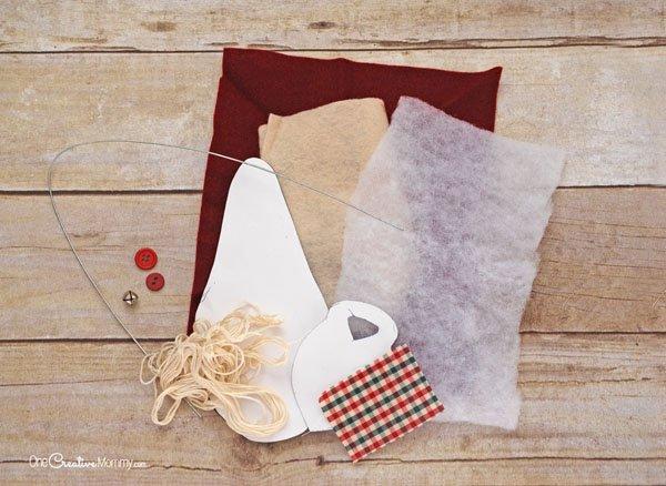 How to make a rustic Santa Claus Door Hanger {OneCreativeMommy.com} Christmas Craft Tutorial