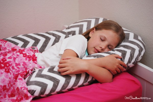 Find out the secret to help kids fall asleep fast and stay asleep! {OneCreativeMommy.com} Parenting Tips, Sleep Tips #parentinghacks #sleephacks